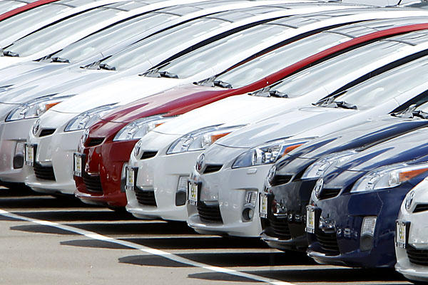 A row of new 2010 Toyota Prius hybrid vehicles sit for sale in the car lot at the Toyota dealership in El Cajon, California March 9, 2010. U.S. safety regulators and Toyota Motor Corp dispatched investigators to San Diego on Tuesday to inspect a 2008 Prius that sped out of control on a California freeway a day earlier. REUTERS/Mike Blake  (UNITED STATES - Tags: TRANSPORT BUSINESS) :rel:d:bm:GF2E6391LGF01